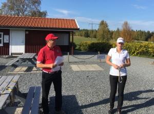 Runo Lindberg delar ut guldmedaljen till Elin Eriksson